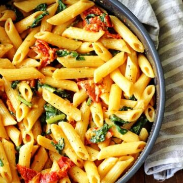Sundried Tomato & Spinach Pasta - the ultimate in flavour packed comfort food! Plus it's a meal that's ready in 40 minutes!   thekiwicountrygirl.com