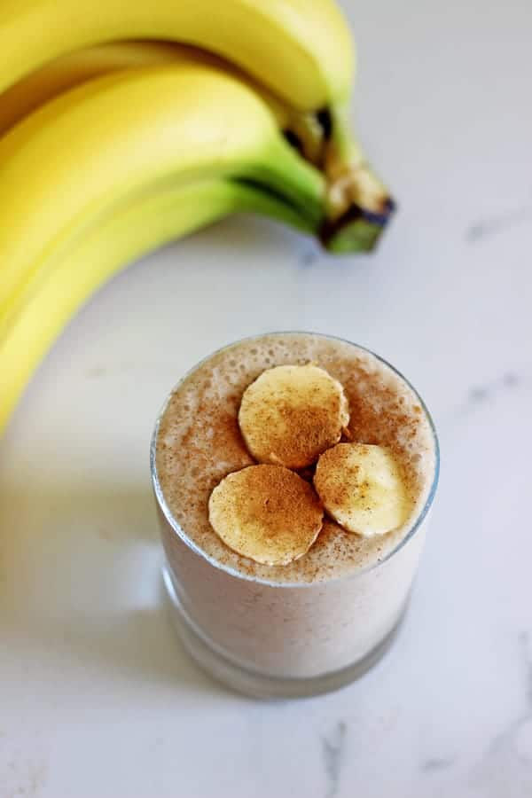 Banana chai smoothie - all the flavours of a warming chai latte but in healthy, breakfast smoothie form! The perfect breakfast or snack! | thekiwicountrygirl.com